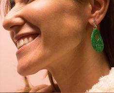 El jade es considerada por muchos como aquella que atrae abundancia, fertilidad, armonía. Incrementa la energía vital siendo beneficiosa para la salud en general y particularmente para el sistema circulatorio, riñones, sistema nervioso y bazo.