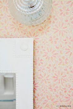 Floral vintage wallpaper in the bathroom