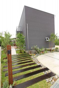 バイクを駐車できるガーデンルームのある黒ガルバの家 – D'S STYLE(ディーズスタイル) Jojo's Bizarre Adventure Stands, Villas, Garden Entrance, Backyard, Patio, S Style, Plant Decor, Building Design, Indoor Plants