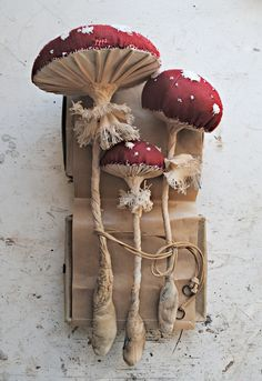 Self-taught artist Mister Finch, has been creating beautiful textile scultures inspired by British flora and fauna, using only vintage and recycled textiles and thread. Sculpture Textile, Soft Sculpture, Fabric Art, Fabric Crafts, Mister Finch, Mr Finch, Flora Und Fauna, Mushroom Art, Blog Deco