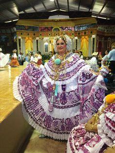 Doña Nelly Velasco, artesana y ganadora del 1er puesto en polleras sombradas en el Festival Nacional de La Pollera 2014