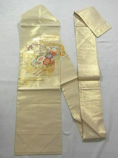 This is a gorgeous Nagoya obi with flower cart of 'Botan'(peony) and 'Kiku'(chrysanthemum) on 'Kicho'( partition used by noble people in ancient days) pattern, which is woven