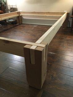 Cranté cèdre bois facilement pile avec pas d'outils pour faire un cadre de lit solide.