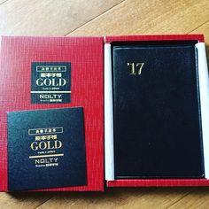 来年度の手帳購入。 ここ数年は能率手帳ゴールドばっか。 ええ値段するんで、少し躊躇するんですが、皮の手触りと匂いの虜になってるようで、もう辞められそうにありません #能率手帳ゴールド#nolty#手帳#2017年の手帳#能率手帳