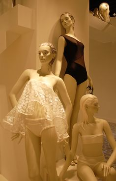 MANNEQUINS, COLOUR-BLOCKING AND WINDOW EFFECTS - VM