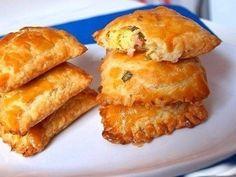 Пирожки из слоеного теста с зеленым луком, сыром и вечиной<br><br>Ингредиенты:<br>250 г российского сыра<br>200 г…
