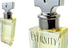 """10º - Eternity, Calvin Klein - Em 1987, Calvin Klein presenteou a então esposa, Kelly, com uma aliança que continha gravada a palavra eternity, eternidade em inglês. O perfume nasceu no ano seguinte como uma homenagem a todas as histórias de amor. """"E ternity é o símbolo romântico da mulher moderna e por isso virou objeto de desejo"""", diz Júlia. Leva notas de lírio, frésia e sálvia."""