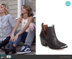 Haley's black ankle boots on Modern Family.  Outfit Details: https://wornontv.net/55488/ #ModernFamily
