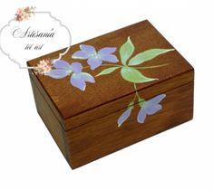 Nuestras cajas de pequeñas dimensiones, son ideales para presentar detalles de forma sencilla y diferente Caja de madera de pino tintada con óleos. Flores pintadas a mano alzada con acrílicos. Interior forrado con papel de scrap. Acabado satinado.