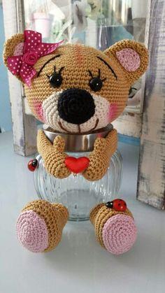 Beren potje Crochet Panda, Crochet Teddy, Crochet Bear, Crochet Gifts, Crochet Jar Covers, Crochet Cup Cozy, Easter Crochet Patterns, Knitted Flowers, Decorated Jars