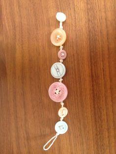 Knopen armbandje Knapper, Creative Art, Belly Button Rings, Washer Necklace, Craft Ideas, Buttons, Jewels, Drop Earrings, Bracelets