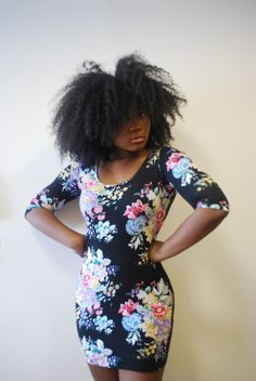 Yes it does but I LOVE that dress!!! -----> Natural hair Rules!