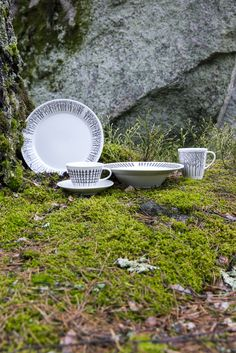 Designer Minna Niskakangas wanted to bring the beauty of forests into our urban everyday life. Traditional Finnish forest lives in modern Metsikkö (Grove) tableware series. The body has been designed by Lasse Kovanen. This coffee cup belongs to Metsikkö