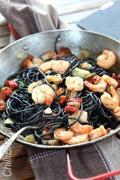 czarne spaghetti z krewetkami i rabarbarem