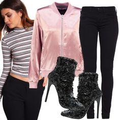 Avevi in mente un look sporty chic con bomber? Eccoti accontentata: t-shirt corta a fantasia a righe, pantalone nero modello skinny, bomber rosa, stivaletti glamour con paillettes.