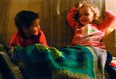 Niños con la manta de ganchillo de abuela