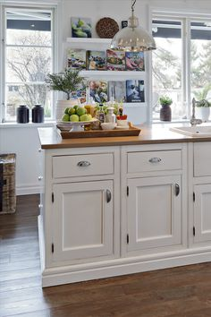 Examine this essential graphic in order to browse through today knowledge on Dyi Kitchen Ideas Dyi Kitchen Ideas, Kitchen Redo, Kitchen Dining, Kitchen Cabinets, Island Kitchen, New England Kitchen, New England Homes, Beach Cottage Kitchens, Home Kitchens