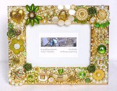 """Exklusiver Mosaik-Bilderrahmen besetzt mit Glas- und Renaissance-Perlen, einer vergoldeten Schneckenperle, einem Herz-Anhänger """"Ammonit"""", einem Seepferdchen, böhmischen Glasperlen, Glasnuggets, Strassrondellen, Stoffröschen, Strasssteinen, facettierten Strassperlen, Perlmutt-Knöpfen usw. Jedes Teil wurde einzeln mit der Pinzette aufgetragen. Bei Lichteinfall glänzt der Rahmen wunderschön und ist ein echter Hingucker auf einem Kaminsims, Anrichte, Bücherregal oder Nachttisch."""