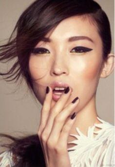 cat eyes eyeliner make up Black Eye Makeup, Love Makeup, Makeup Tips, Hair Makeup, Black Eyeliner, Cat Eyeliner, Graphic Eyeliner, Dewy Makeup, Asian Makeup