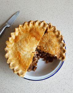 Recipe: Homemade Minced Beef and Mushroom Pie - Eat Explore Etc Minced Beef Recipes Easy, Minced Beef Pie, Mince Recipes, Pastry Recipes, Yummy Recipes, Cooking Recipes, Savoury Mince, Savoury Baking, Beef Pies