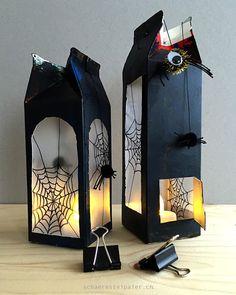 Die tolle Halloween-Lampe mit Spinnen.