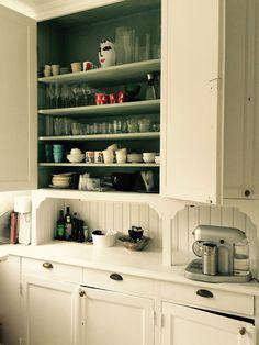 """I väntan på köket som byggs (och inte går att vara i), så pågår all aktivitet gällande """"matlagning"""" i serveringsgången. Här står ett stort högskåp i originalskick som sväljer i princip..."""