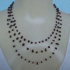 Conjunto feito em crochê com pedra natural granada e linha branca própria para bijuterias finas. R$20,00