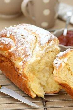 BRIOCHE RUSSE (farine, lait, levure fraîche, sucre, beurre, oeufs, fleur d'oranger) Crème : beurre + sucre - Décoration : sucre perlé et sucre glace: