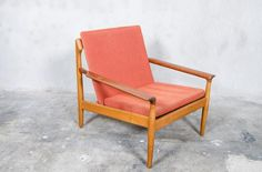Lounge chair from the 1960s, designed by Aksel Bender Madsen and manufactured by Bovenkamp. It features an organic oak frame with teak armrests, and the original fabric.