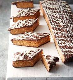 koekjes-zonder-oven: smaken naar snickers! Voor circa 20 stuks: - 250 g (gezouten) pinda's - 100 g koekjes (mariakaakjes) - 125 g stroop - 1 theelepel kaneel - 75 g pure chocolade - 30 g witte chocolade