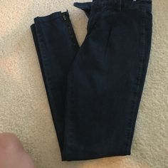 Vince skinnys NWOT Vince skinnys never been. Worn!! So stretchy. Just didn't fit.  Vince Pants Skinny