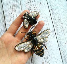 Вот такой интересный комплект получился маленькая мушка стала отличной компанией для пчелки Броши выполнены на заказ. Для новых заказов пока не доступны ❌ #handmade_ru_jewellery #handmade_prostor #hm_mir_hm #hand_made_gold1 #брошьизбисера #маринататарина