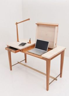 Escritorio con departamentos para un portatil Más: