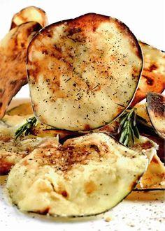 Chips de berenjena al aroma de tomillo y romero. Para picar.