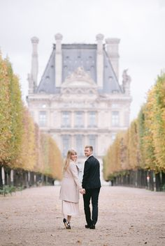 Tuileries Gardens is one of the most beautiful places for Paris photo shoots in fall. Paris Engagement Photos, Engagement Photo Outfits, Fall Engagement, Engagement Pictures, Wedding Pictures, Engagement Session, Photo Couple, Couple Photos, Paris Couple