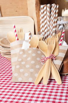 Eco party supplies - paper straws, disposable wooden cutlery, etc. Kids Party Tables, Party Kit, Party Ideas, Event Ideas, Party Party, Eco Kids, Birthday Plate, Kids Party Supplies, Paper Supplies