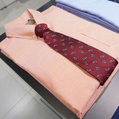 기본 카라 디자인에 포켓을 매치하여 깔끔한 오렌지 컬러 셔츠 @롯데백화점 조군샵