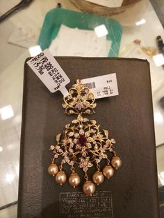 Gold Jhumka Earrings, Indian Jewelry Earrings, Jewelry Design Earrings, Gold Earrings Designs, Gold Jewellery, Bridal Jewellery, Antique Earrings, Jewellery Designs, Gold Bangles