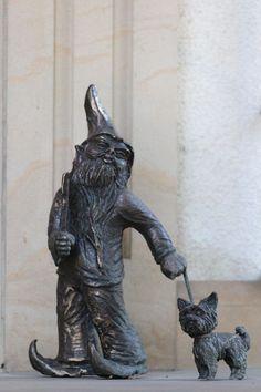 Prywatek (Loner), wrocławski krasnal znajdujący się przy domu przy Bukowskiego 7A; autor: Beata Zwolańska–Hołod