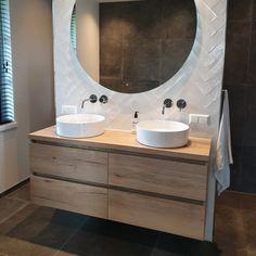 Het badmeubel in deze opgeleverde badkamer laat zien hoeveel sfeer het kan meebrengen in een ruimte. Het badmeubel bestaat uit 4 laden met een softclose systeem. Als wastafel is er gekozen voor twee spoelbakken met twee Blaauw sanitair inbouw wastafelkranen. Hierboven is een ronde spiegel van 140 centimeter breed gemonteerd. De spiegel beschikt over verlichting en over een tijdklok. Een prachtig én functioneel geheel! Laundry Room Bathroom, Bathroom Goals, Bathroom Inspo, Bathroom Inspiration, Master Bathroom, Closet Remodel, Beautiful Bathrooms, Bathroom Interior Design, Home Remodeling