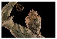 ビギャラ大将 十二支「子」はビギャラ大将。像高162.1cmとバザラとほぼ同じ大きさ。勇ましく逆立つ焔髪(えんぱつ)もバサラと似ています。違うのは手にする武器。ビギャラが持つのは三鈷杵(さんこしょ)という法具。悪魔を防ぎ、祈りを成就するためのものです。 Cloud City, Buddhist Art, Buddha, Lion Sculpture, Clouds, Statue, Painting, Mandalas, Painting Art