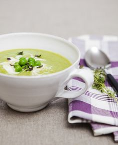 Luise's Green Pea Soup    1 tablespoon extra virgin olive oil  1 onion, chopped  1 clove garlic  1/2 teaspoon sea salt  1 pinch of chili powder  1,5 cup (4 dl) frozen green peas  4 cups (1 l) vegetable broth  1/2 lemon (juice)  1/3 cup (0,8 dl) oat cream  thyme    yoghurt, soyghurt or creme fraiche