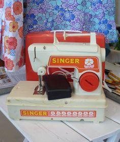 Vintage Retro Singer Childs Toy Sewing Machine