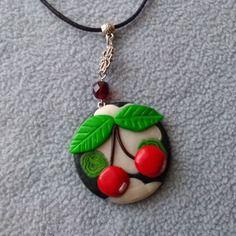 Collier fantaisie pendentif petites cerises en fimo