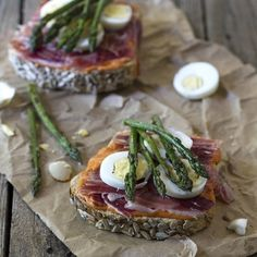 Salmorejo and asparagus toast. Recipe in Spanish