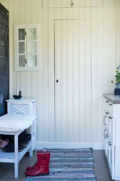 DEN GAMLA SKOLAN BLEV ETT HÄRLIGT HEM: När den blev färdig började familjen att använda en sidodörr på huset som huvudentré istället, för att slippa springet på verandan och samtidigt få en mer praktisk hall för en barnfamilj.