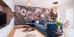 Un apartament luxuriant, cu tapet cu flori imense, catifea și detalii prețioase