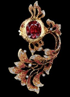 Jewellery Theatre FAIRY TALES BROOCH - 18K Yellow Gold 115 diamonds 0,93-0,95 ct 190 light-orange sapphires 1,83-1,86 ct 111 dark orange sapphires 0,96-0,99 ct 1 sapphire 13,92 ct.