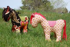 Free pony pattern!  For the horsey person in your life.  Maybe a little bridal and some flowers how cute  :)