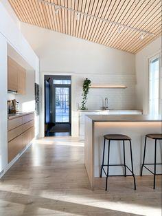 Minimalist Scandinavian, Scandinavian Kitchen, Kitchen Bar Counter, Kitchen Dining, Oak Table, Black Kitchens, Home Decor Kitchen, White Oak, House Design